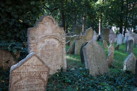 1280px-Old_Jewish_Cemetery_in_Josefov,_Prague_-_8363
